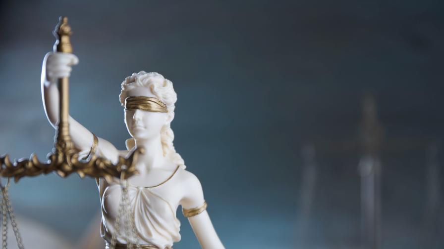 Лукс, пари и коли, как обвиняеми ослепяха за съда