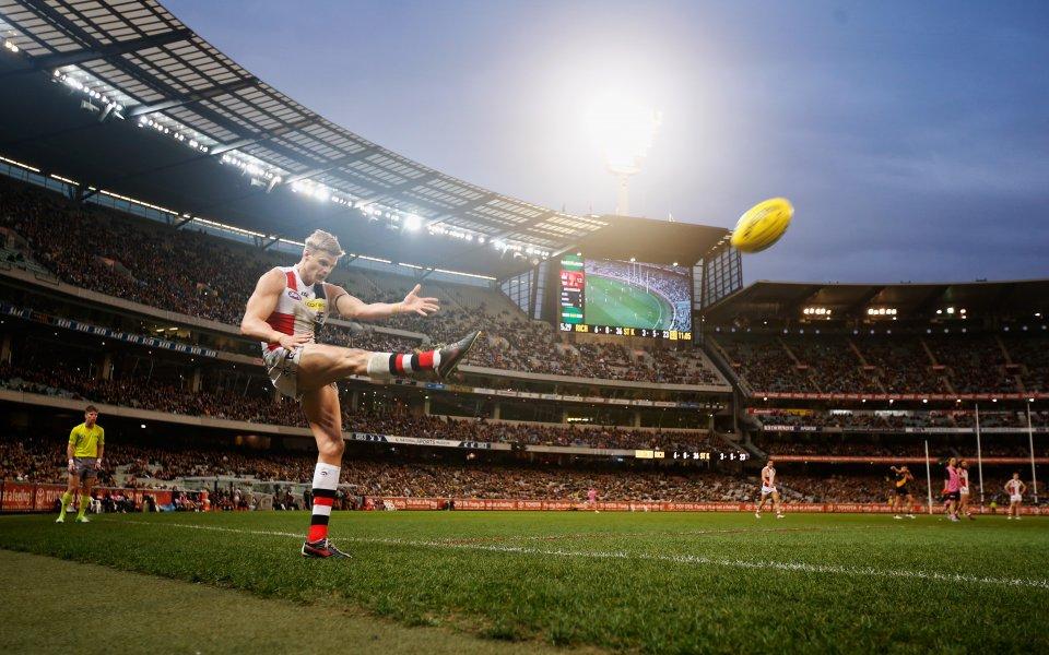 Изигра се първият в историята мач по австралийски футбол в ...