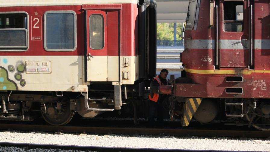 Запали се локомотив на бързия влак Бургас – София