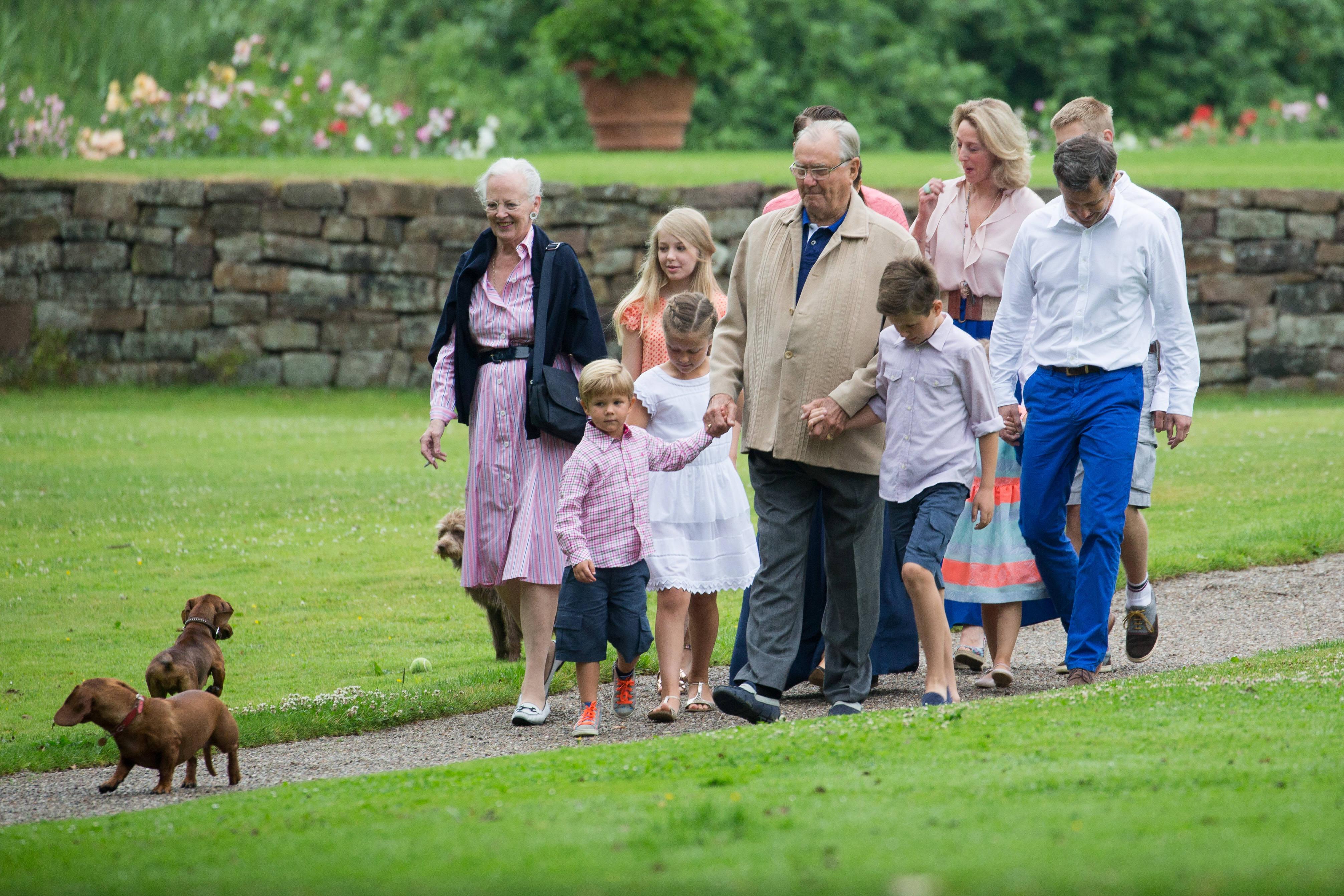 Датската кралицадава вид, чеси позволява много неща, които са нормални за обикновените хора, но изглеждат необичайно, извършени от монарх. Не един или два пъти Маргрете е била заснета да посещава пазари, да се разхожда съвсем спокойно с внуците и семейството си, а в ръката да държи цигара.