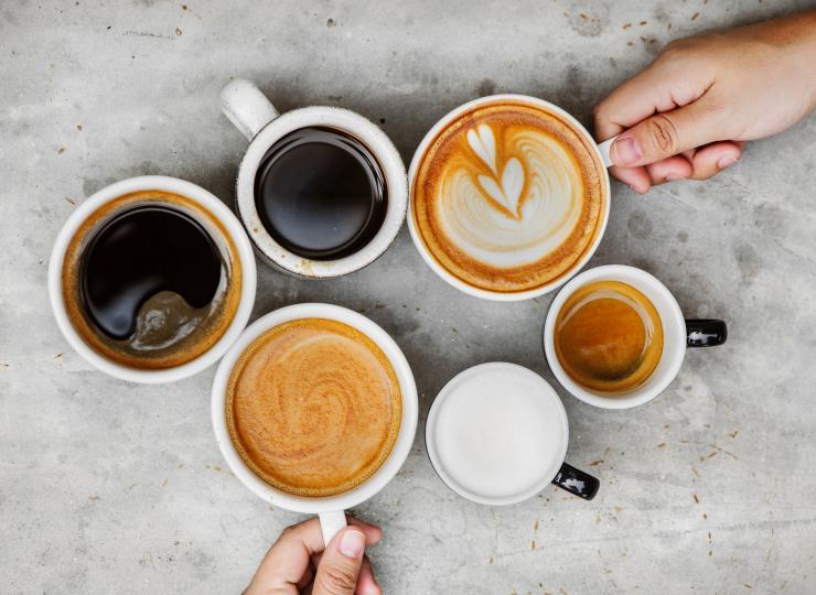 <p><strong>Прекалено нервна си.</strong></p>  <p>Кафето стимулира нервната система и повишава кръвното налягане. Прекомерната му консумация води до треперене и честа смяна на настроенията.&nbsp;</p>  <p><em>Съвет: Замени следобедното кафе с чаша чай.&nbsp;</em></p>