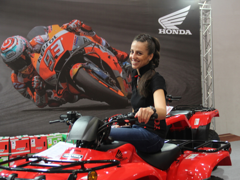 """На Moto Expo 2019 да се видят последните модели на изложените по щандовете 21 марки. И тъй като мощните и бързи мотоциклети вървят с красиви дами, то на всеки един от щандовете посетителите могат да видят и красиви момичета. Ако нямате възможност да посетите """"Асикс Арена"""", ние ще ви дадем тази възможност, макар и виртуална."""