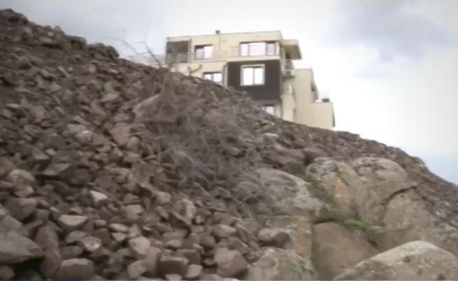 Тонове камъни и пръст върху скалите в Черноморец