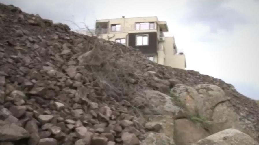 <p>Тонове камъни и пръст върху скалите в Черноморец</p>
