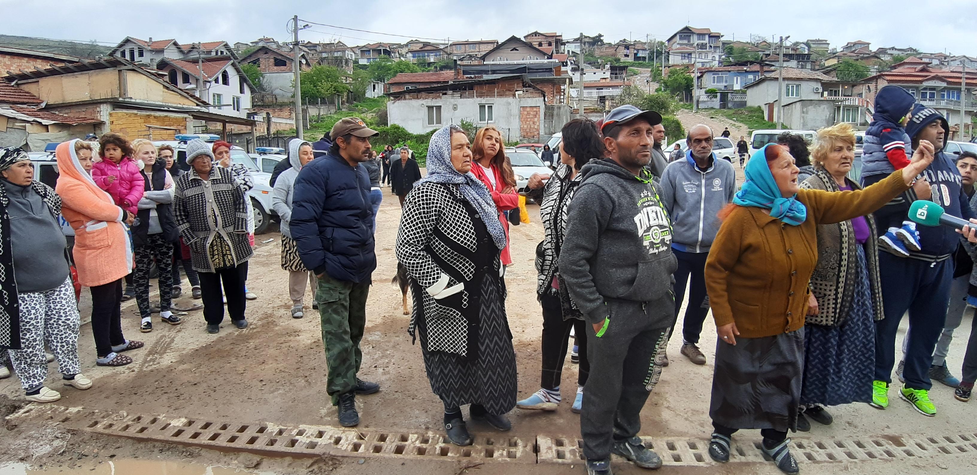 Общо незаконните постройки в района са 54. Собствениците им са получили предизвестията си преди 6 месеца и са били длъжни да ги премахнат в 30-дневен срок