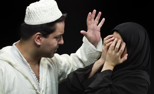 Мюсюлмански духовник показва как да се бият съпруги