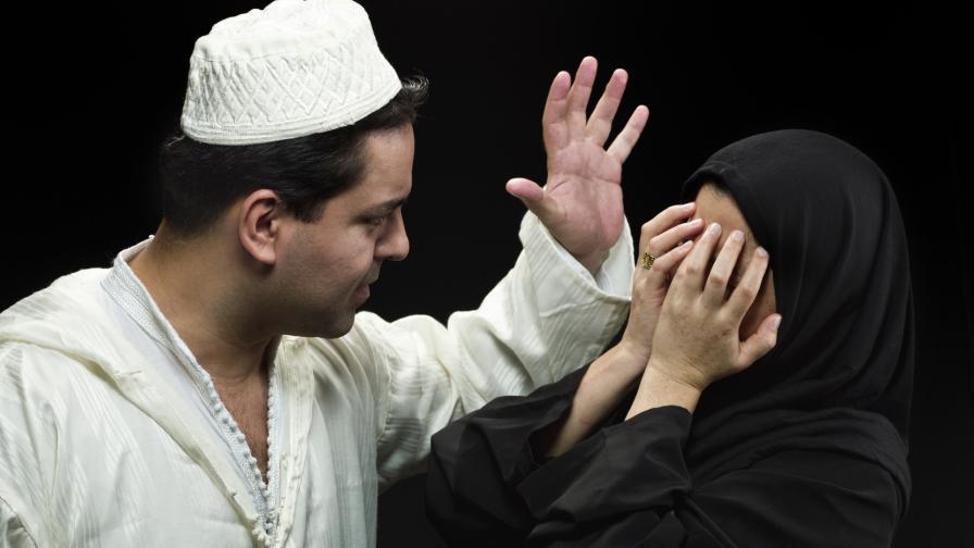 <p>Мюсюлмански духовник показва <strong>как да се бият съпруги</strong></p>