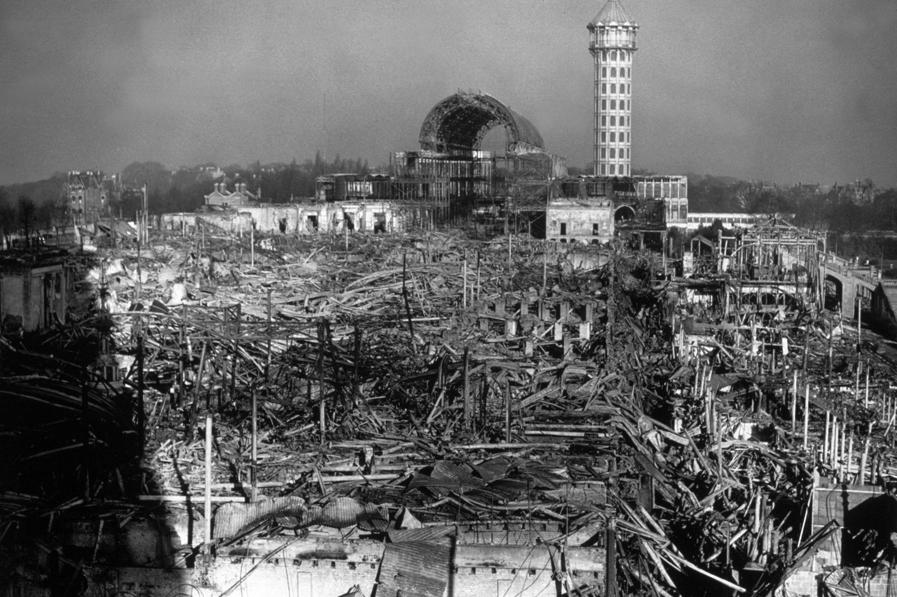 След 6-месечния период на изложението възниква необходимост да се намери ново приложение на ефектната сграда. Ето защо тя е демонтирана и преместена в Южен Лондон.На 30 ноември 1936 г. сградата е обхваната отпожари изгаря напълно. Тя не може да бъде възстановена, тъй като се оказва, че не е застрахована за пълната ѝ стойност и застраховката не може да покрие дори частично възстановяването.