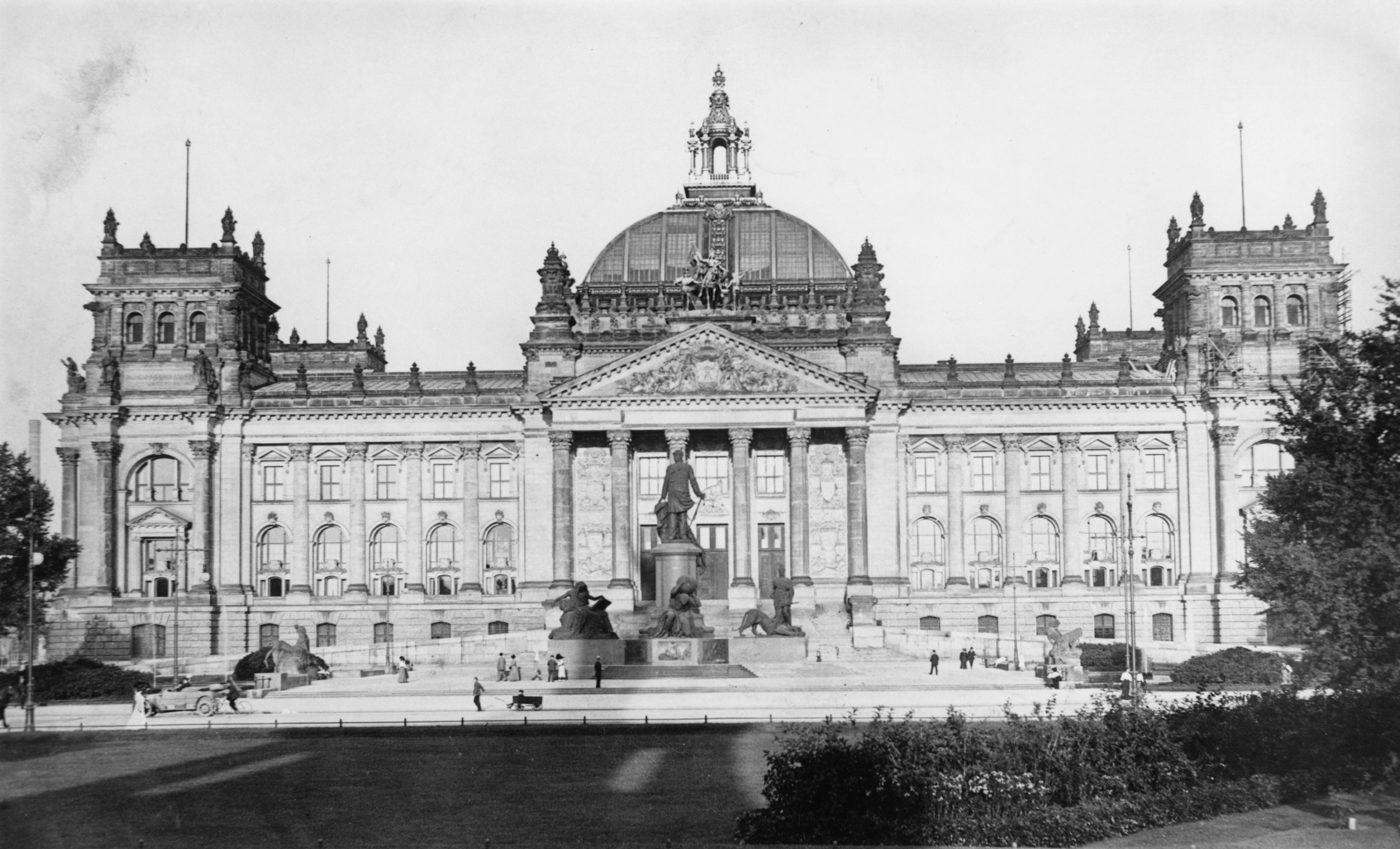 Пожарът в Райхстага е извършен на27 февруари1933г. вечерта. Въпреки усилията напожарникаритесградата е обхваната от пламъци. Пленарната зала е напълно унищожена. Пожарът изиграва голяма роля за укрепването на властта нанацистите.Хитлер и Гьоринг заявяват, че това е заговор накомунистите.Събитието е използвано от режима на Хитлер, който става канцлер месец по-рано.Забранена е Комунистическата партия на Германия.