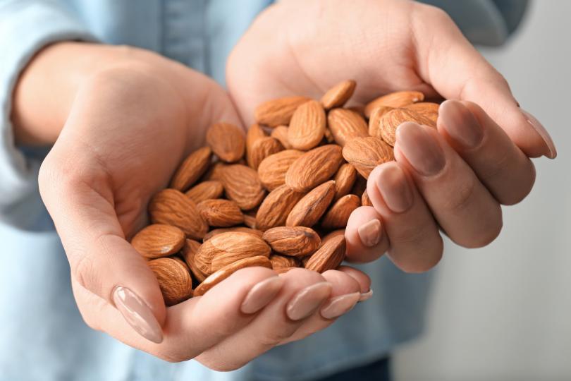 <p><strong>Яжте храни, богати на протеин</strong></p>  <p>Да се храните редовно е един от най-сигурните начини да засилите метаболизма си. Храните, богати на протеин, правят точно това. Процесът е познат като термичен ефект на храната (TEF). Това е параметър, обозначаващ калориите, които се изразходват за самото ѝ разграждане и усвояване от организма. Приемайте храни, богати на протеин, това са грах, яйца, тиквени семки, бял боб, нахут, леща, прясно мляко, свинско бонфиле, авокадо, броколи, бадеми.</p>