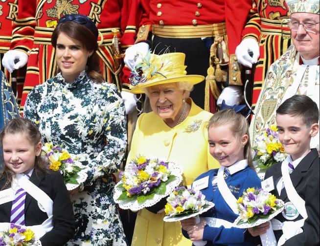 По стара традиция Нейно Величество раздаде монети на пенсионерите преди Великден. Велики четвъртък е най-важният ден от Страстната седмица в християнския календар. Елизабет Втора, която ще навърши 93 години в неделя, всяка година присъства на службата на различни места в страната.