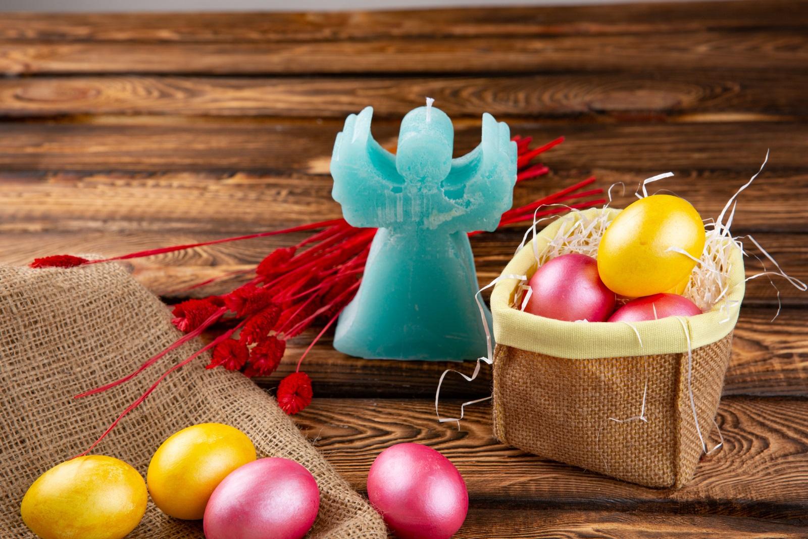 Свещ от черупка на яйце<br /> Разстопете парафин (восък) на водна баня, като внимавайте котлонът да не е твърде силен. На дъното на черупката залепете с малко восък фитила, след това долейте от восъка с помощта на фуния. Може да добавите някакъв ароматизатор. Подредете свещичките в кора от яйца и сте готови с още една страхотна идея за декорация на масата.
