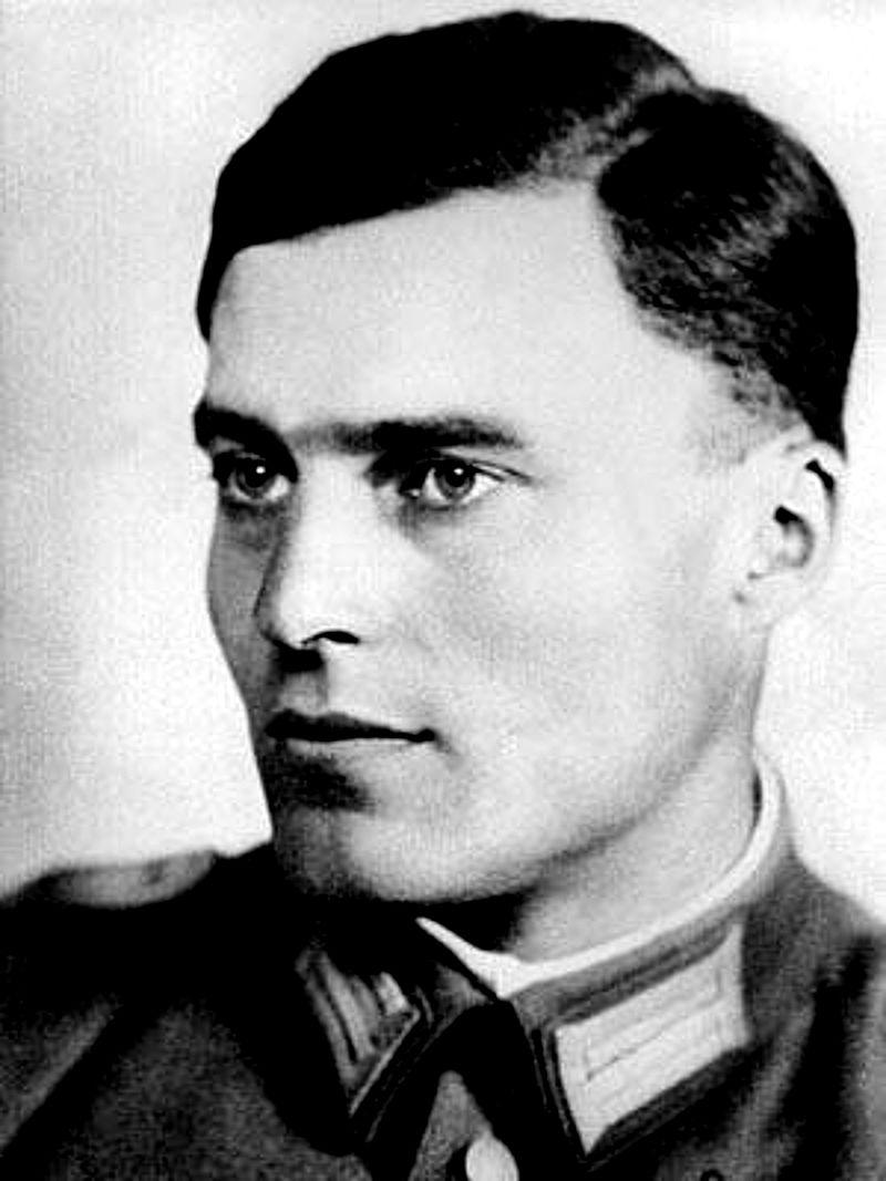 """В този колеблив момент нацистки генерали присъединяват Ромел към заговор за покушението на Хитлер.<br /> На 20 юли 1944 г. Клаус фон Щауфенберг, един от основните организатори на заговора, се среща с Хитлер в източнопруския военен щаб, известен като """"Леговището на вълка"""", където оставя експлозив. Всичко протича почти по план с малката подробност, че масата успява да предпази Хитлер и той се измъква без драскотина."""