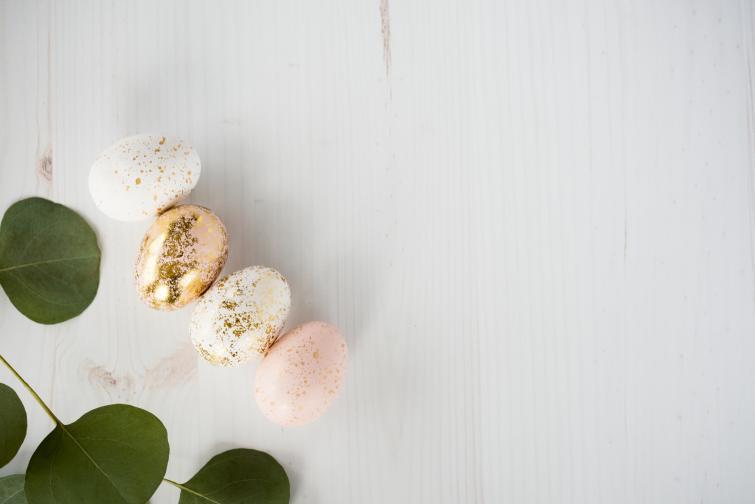 Яйцата се боядисват в бледи цветове.Парче златен целофансе разрязва на малки парченца и с лепило те се залепят внимателно върху част от черупката.