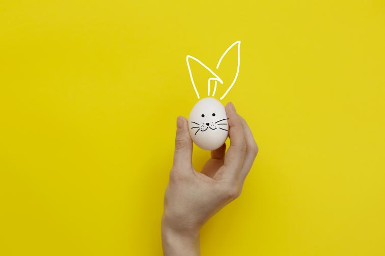 Яйцето се оставя в естествен цвят или се боядисва в бяло с темперна боя и четка.Върху него с черен маркер се рисуват фигури по избор.