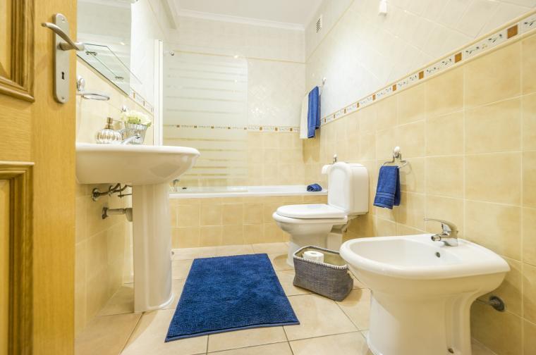 Почиствайте банята всяка седмица. Може да разделите чистенето на два пъти. Единият може да е за старателно миене на плочките, тоалетната и ваната/душ кабината. Другият за мивката, огледалото, завесата за душа и постелките за баня, ако имате такива.