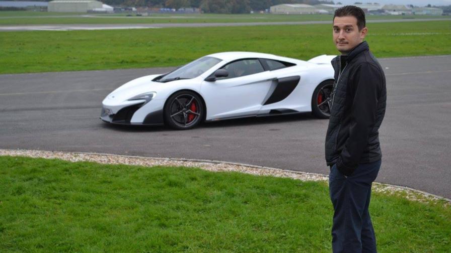 Алекс Алексиев с първата си любов: McLaren 720S. Това е първият автомобил, по който работи за британците. Негово дело е интериорът.