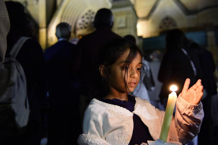 Полицията в Шри Ланка откри 15 тела след престрелка и експлозии в къща на източния бряг. Късно снощи полицейски командоси, подкрепени от армията, обградиха къща в Сайнтамуруту, на 360 км източно от столицата Коломбо, заради подозрения, че е свързана с атентатите на Великден ...