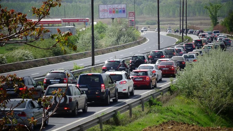 """Километрично задръстване на """"Тракия"""" заради катастрофа"""