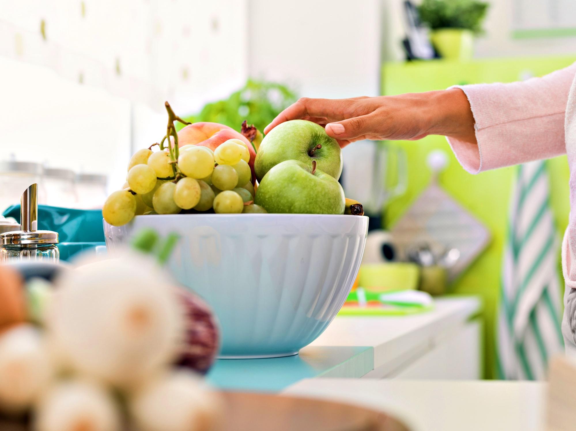 Разчистете плотовете<br /> Храната, която лесно забелязваме, постоянно ни напомня за себе си. Така вероятността да я изядем първа става по-голяма.<br /> Вместо на кухненския плот да стоят шоколади, бисквитки и други сладки изкушения, сложете купа с плодове.<br />