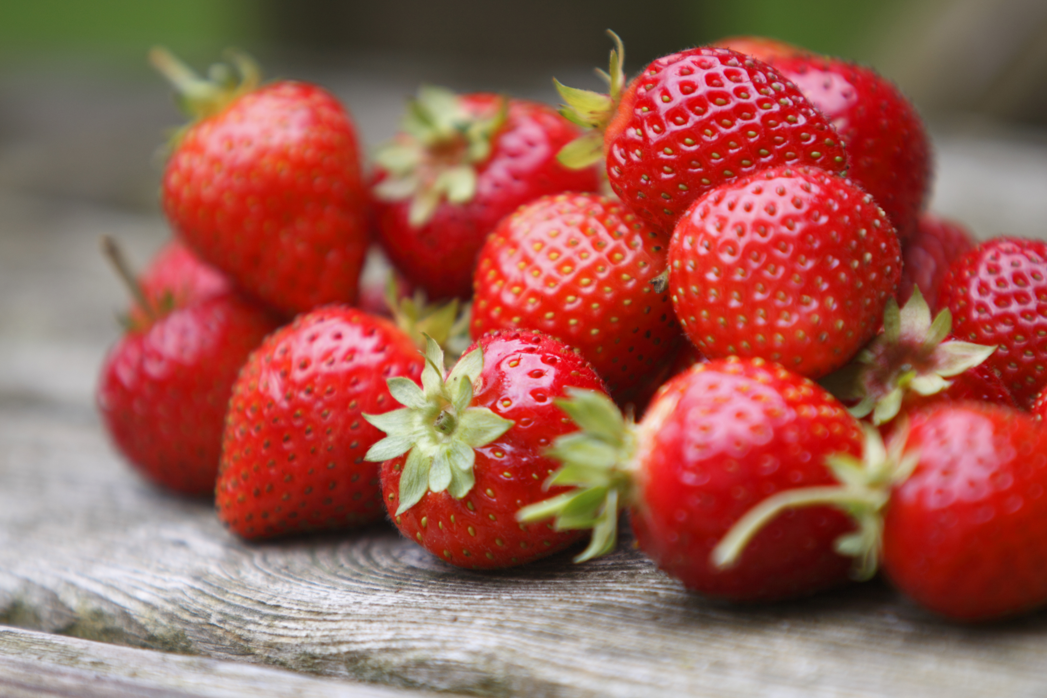 Ето и една идея за освежаващо смути с ягоди:<br />  1 чаша свежи ягоди<br />  1 чаша мляко<br />  1⁄4 чаша захар<br />  1 банан<br />  8 -10 ледчета<br /> <br /> Сложете всички необходими продукти в шейкър кана. Смила се добре – до хомогенизиране. После сипете от получената смес в чаши и гарнирайте с цяла ягода и стръкче мента.