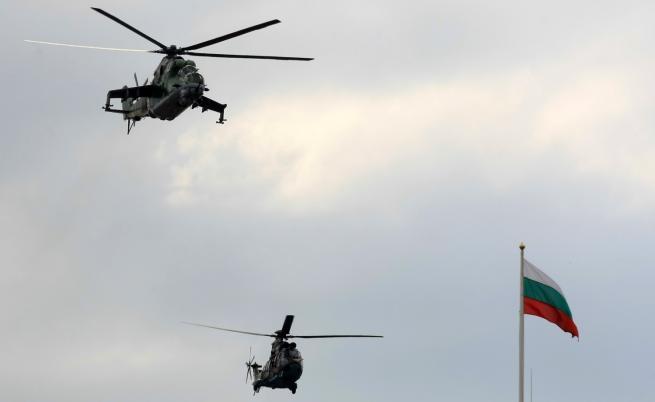 Военни самолети и вертолети прелитат над София
