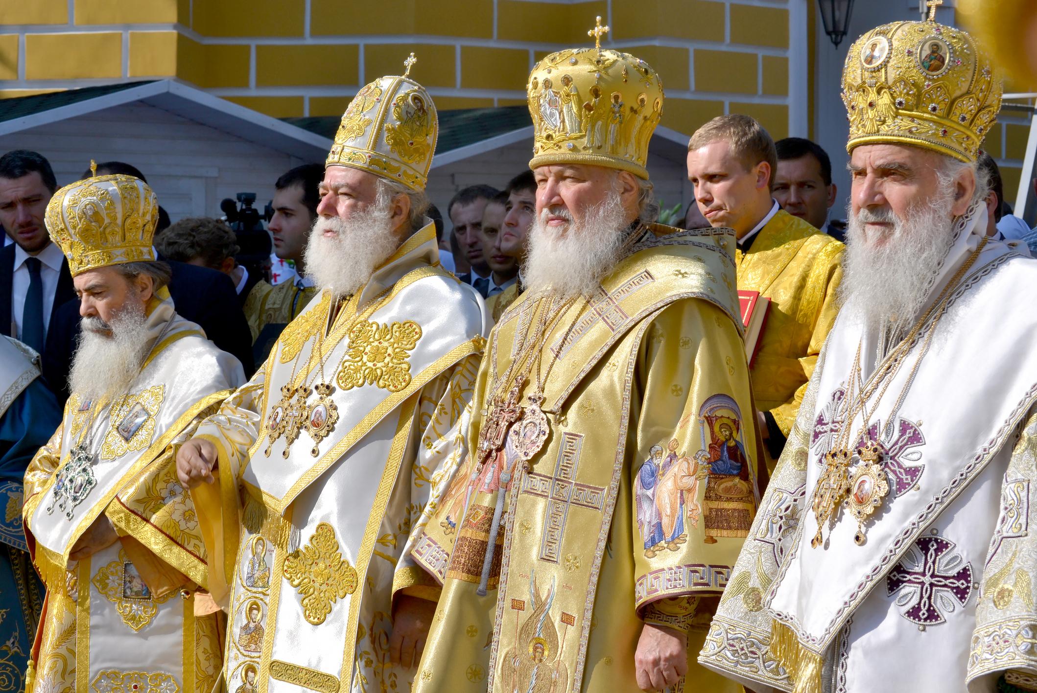 """Константинополският патриарх за разлика от папата няма върховенство над другите патриарси и патриаршии. Православието вижда всички духовни служители, включително и патриархът, като """"слуги на Бога"""", които са сравнително еднакви, просто с различни задължения и различно място в йерархията на църквата като институция."""