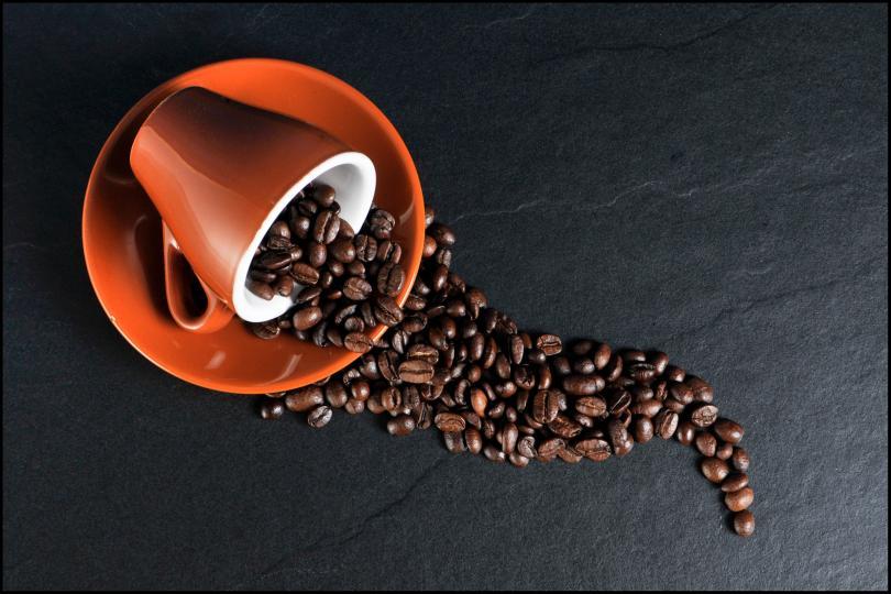 <p><strong>Кафе</strong><br /> Приемът на кафе сутрин е здравословен навик, който си струва да следвате. Кофеинът подобрява настроението и умствената дейност. Минимални количества кофеин са достатъчни, за да влезем в кондиция от сутринта. Кафето е богато на&nbsp;<strong>антиоксиданти</strong>, които укрепват клетките в тялото и ги предпазват от въздействието на свободните радикали.<br /> <br /> 3-4 чаши кафе на ден са оптималното количество, което няма да ви навреди.</p>
