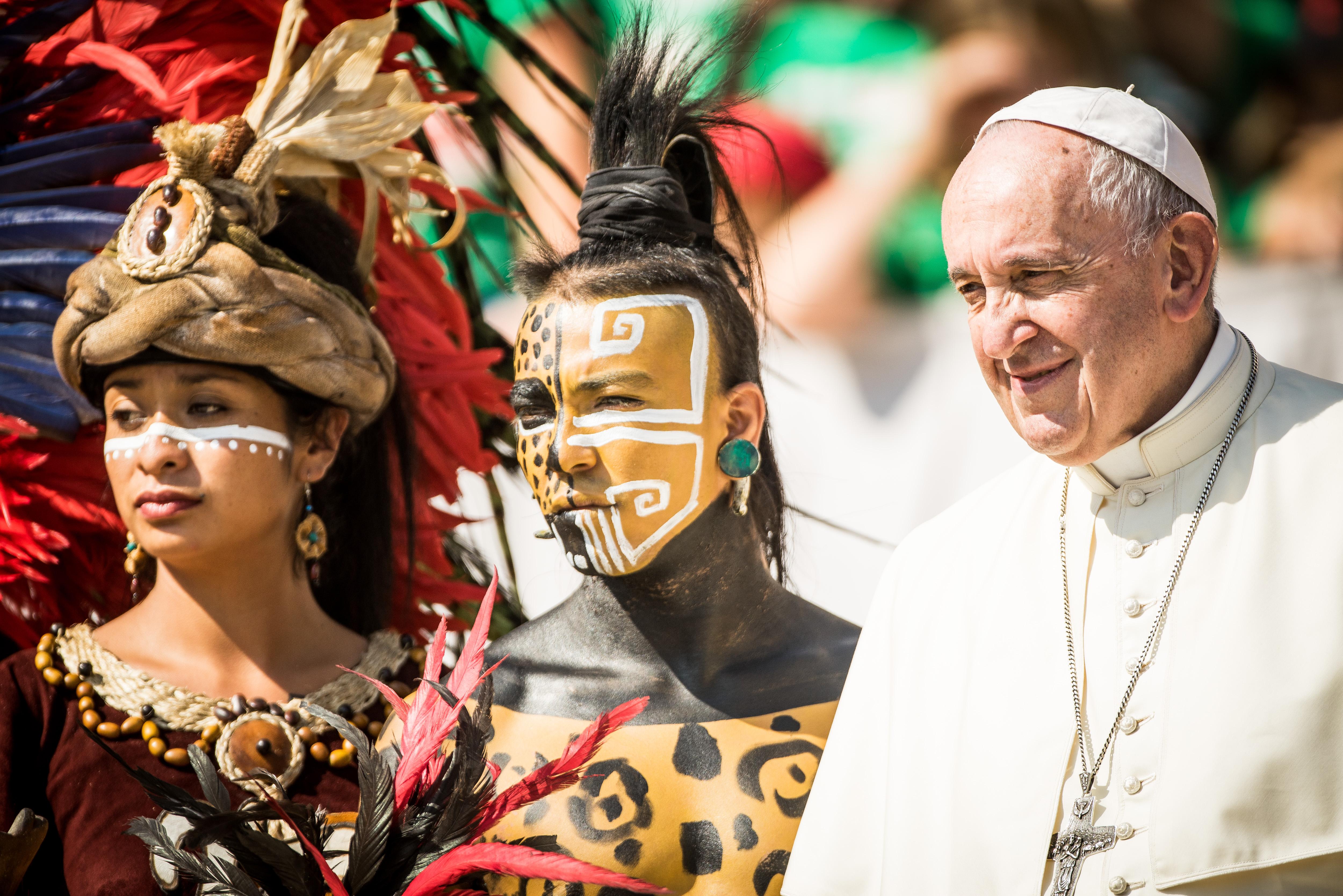 """Аудиенции във Ватикана, визити в Ирландия, Абу Даби, Мианмар, до пазар за сувенири до базиликата """"Свети Петър"""" в Рим - снимки на папа Франциск от Ватикана и други точки на света"""