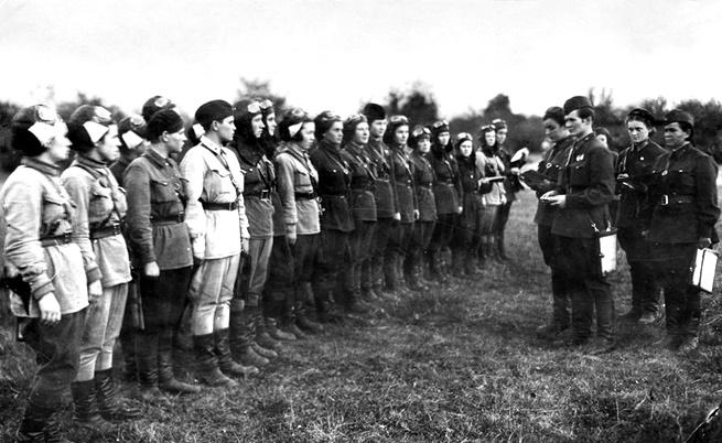 Нощните вещици - 588-и нощен бомбардировъчен полк на Съветските въздушни сили през 1942 г.