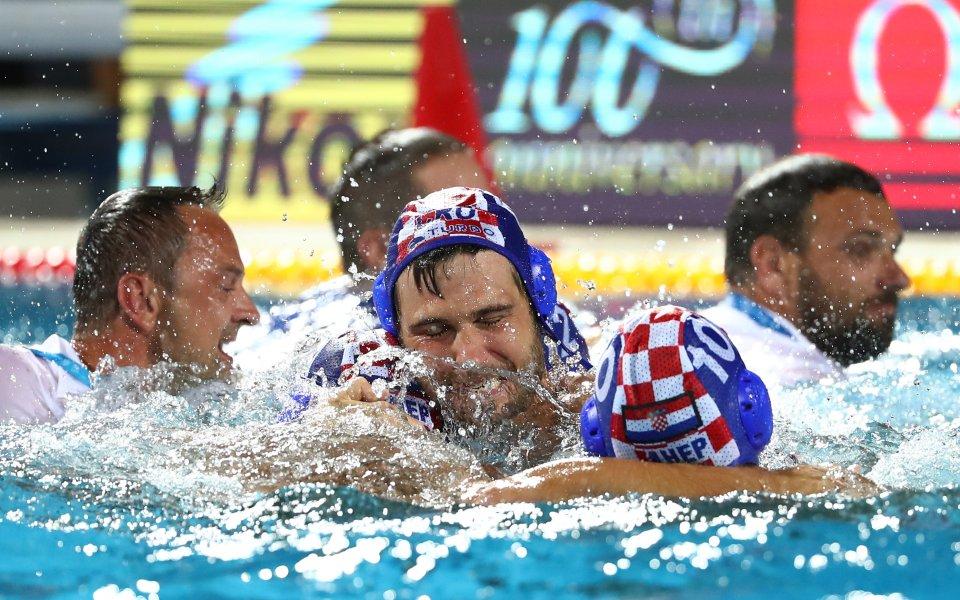 Целувка междусъстезатели по водна топка украси корицата на списание L'Ekip.