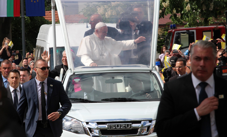 Хиляди посрещнаха папа Франциск в Раковски. Папамобилът потегли със Светия отец от района на автогарата. Оттам започна и шпалирът от граждани, желаещи да го видят. По пътя си до центъра на Раковски той приветства и благослови всички. В този момент забиха камбаните на храма, духов оркестър изпълняваше католически песни. Малко преди входа на църквата папата слезе от папамобила и поздрави присъстващите богомолци.