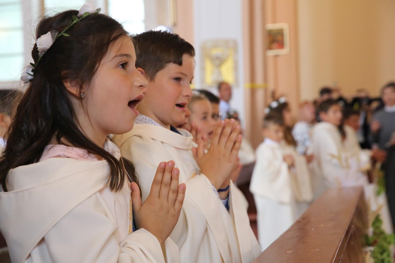 """Папа Франциск даде първо причастие на 242 деца вцърквата """"Пресвето сърце Исусово"""" в град Раковски."""