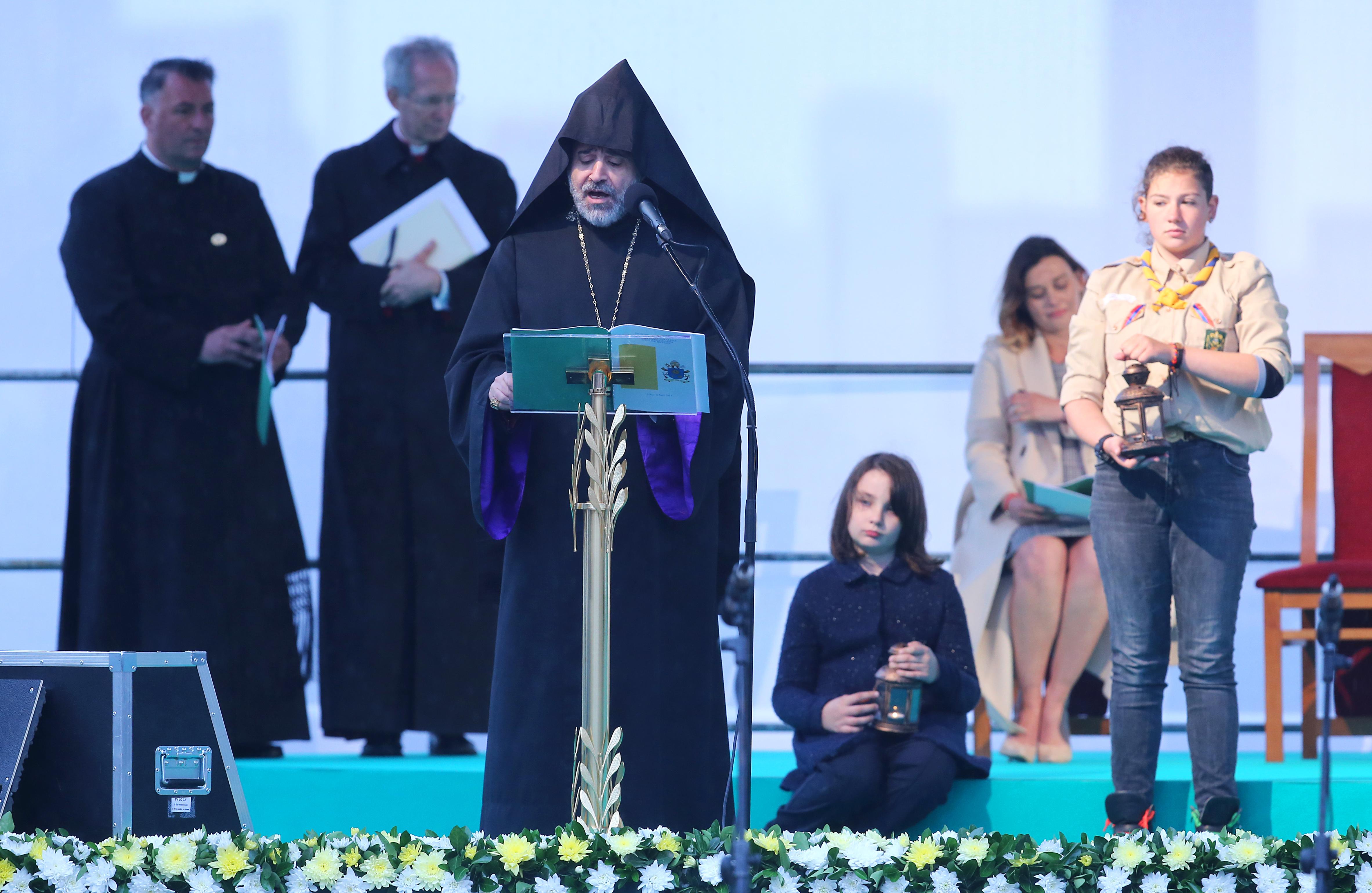 """Папа Франциск отправи своята молитва за мир на пл. """"Независимост"""" в столицата. Посланието за мир бе и заключителната церемония от посещението в България на главата на Римокатолическата църква. Преди Негово Светейшество различните вероизповедания отправиха своите молитви за мир."""