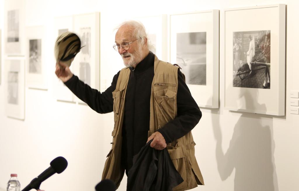 Повече от четири десетилетия Йозеф Куделка, странстващ и независим фотограф, създава проницателно и въздействащо изкуство, отдадено на човека и неговата среда.