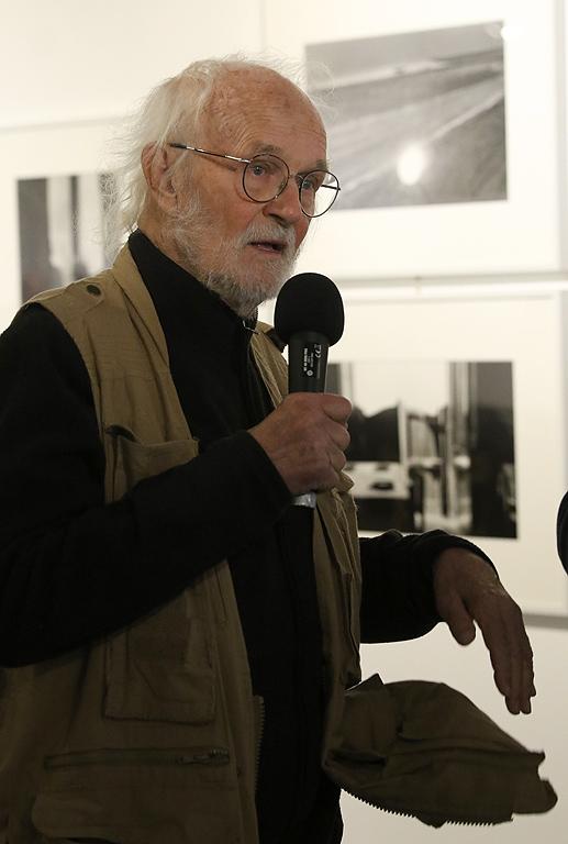 Рискувал живота си, за да заснеме съветското нашествие в Чехословакия през 1968 г., творец без гражданство, странствал из Европа от 1970 г. до 1987 г., той оставя убедителни фото документи за  генезиса и страховете на Европа.