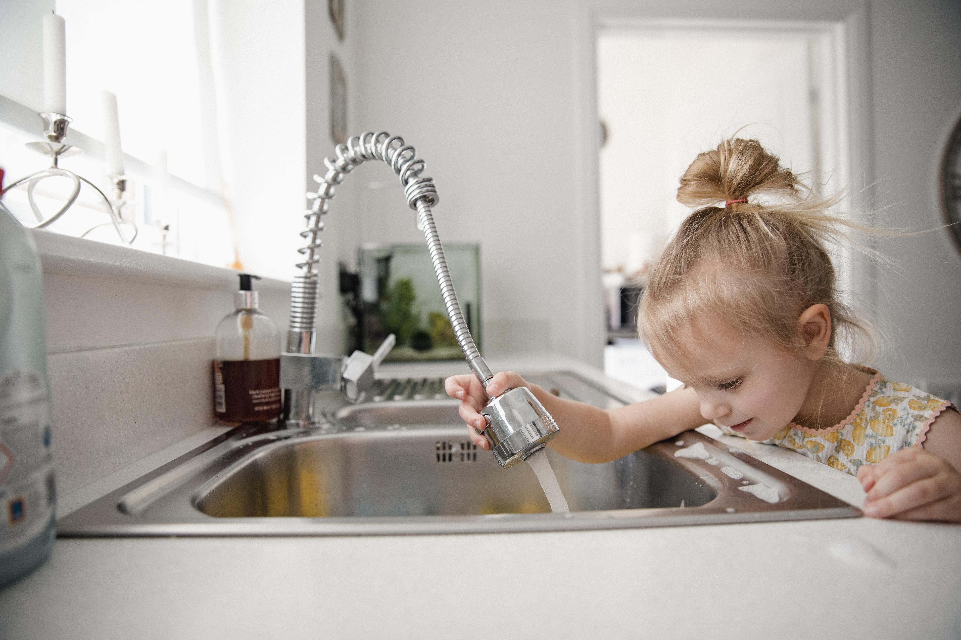 Накрайникът на чешмата.Той е много удобен, може да си го нагласяте на душ или на една силна струя, но сещате ли се да го почистите? От вътрешната страна се събират всякакви бактерии, които се развиват необезпокоявани и замърсяват малко или много водата още със самото й потичане. В този случай Лаура препоръчва веднъж в седмицата да киснете филтъра в бял оцет.