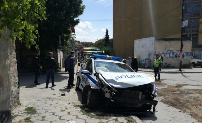 Кола блъсна патрулка в Сандански, ранени са двама полицаи