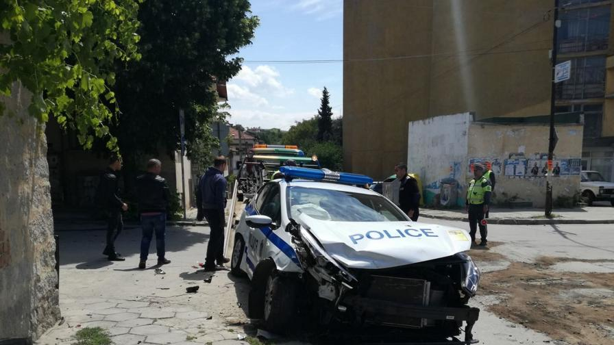 <p>Кола<strong>блъсна патрулка</strong> в Сандански, <strong>ранени</strong> са двама полицаи</p>