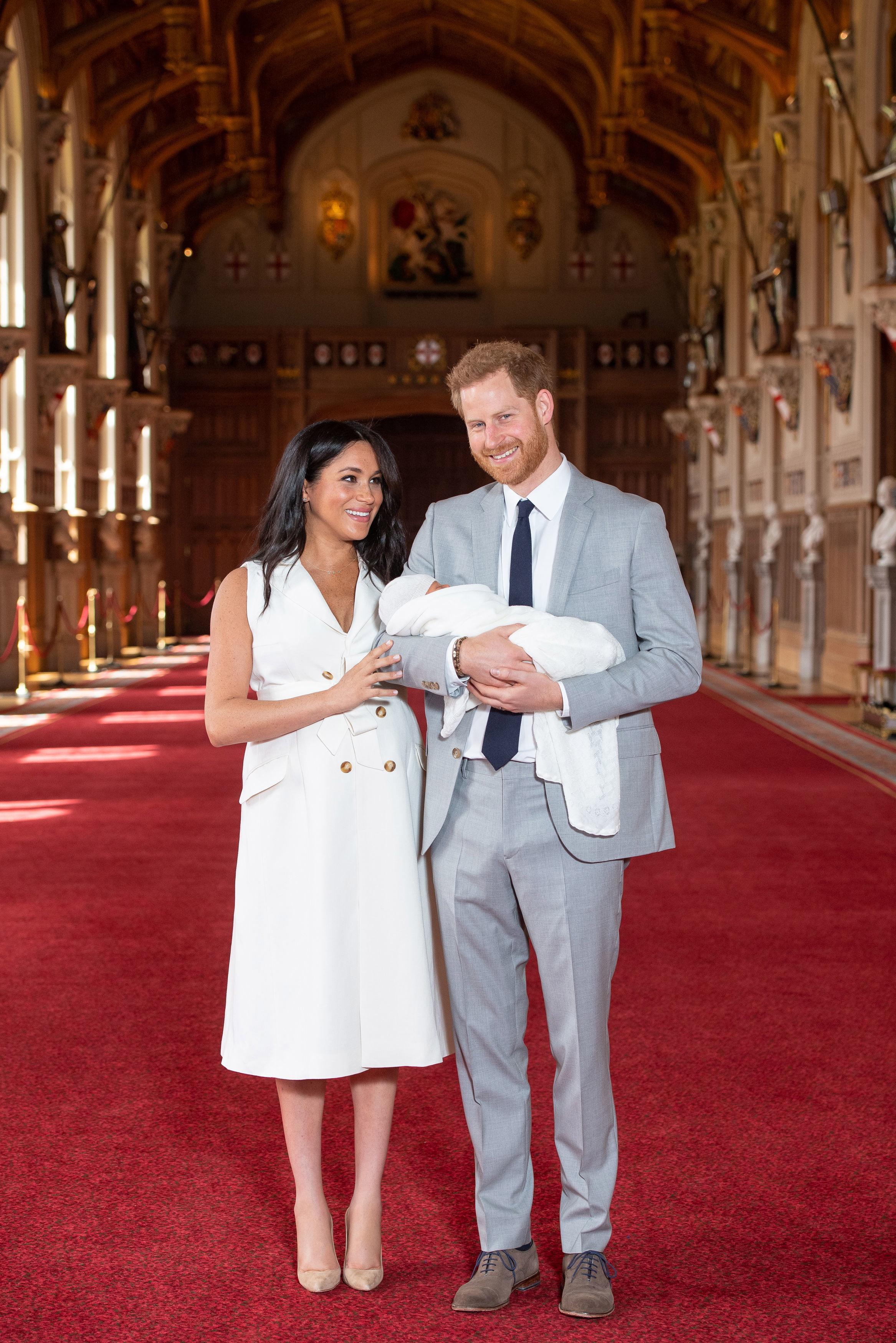 """""""Минаха само два дни и половина, но ние сме толкова развълнувани да имаме нашето малко вързопче радост"""", каза още той.<br /> На въпроса, на кого прилича бебето повече, Хари отговори """"всички казват, че бебетата се променят много в първите две седмици."""""""