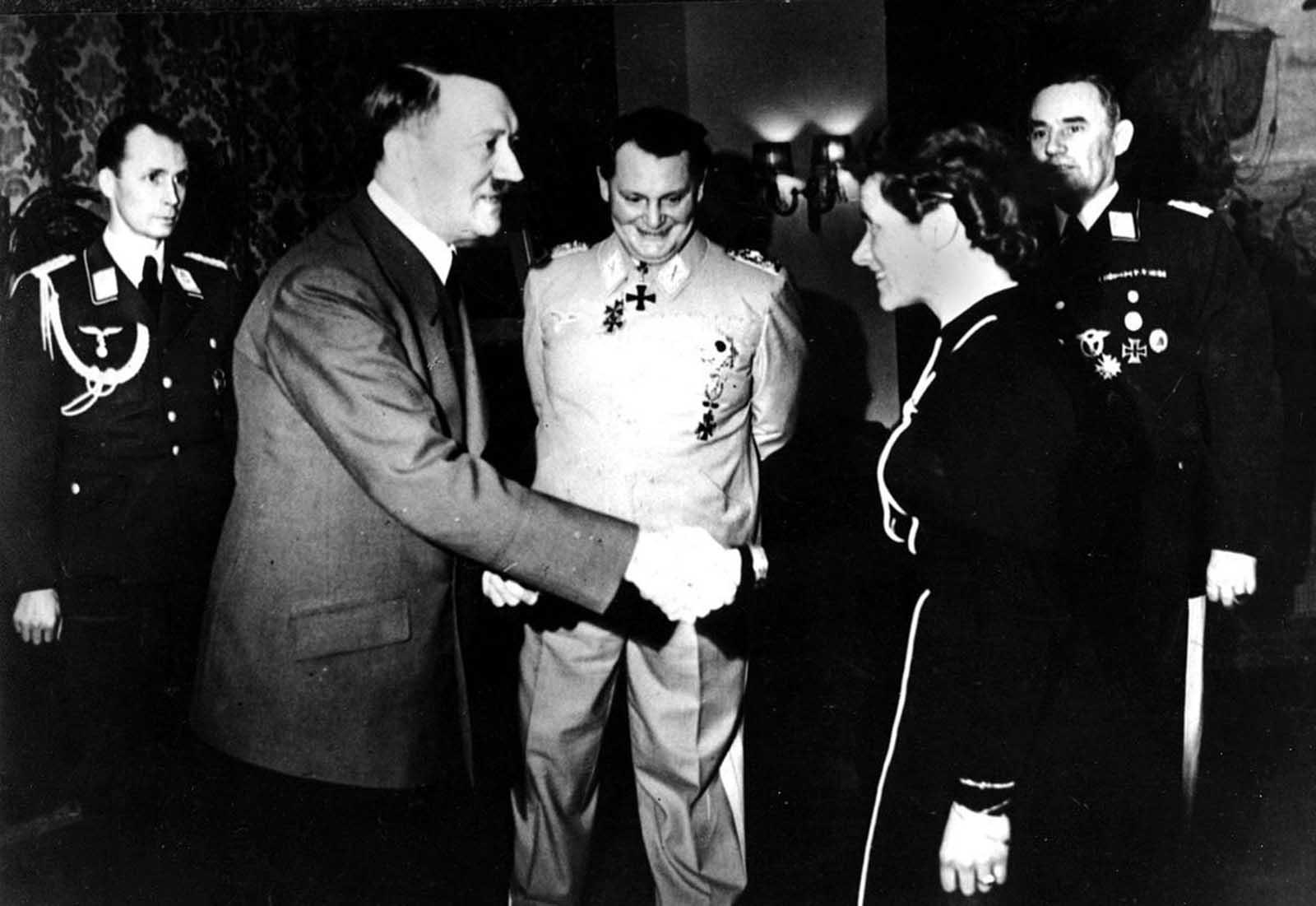 Април 1941 г.: Адолф Хитлер стиска ръката на жена - авиаторката капитан Ханна Райтш, и я награждава с Железен кръст за изключителни заслуги във войната.