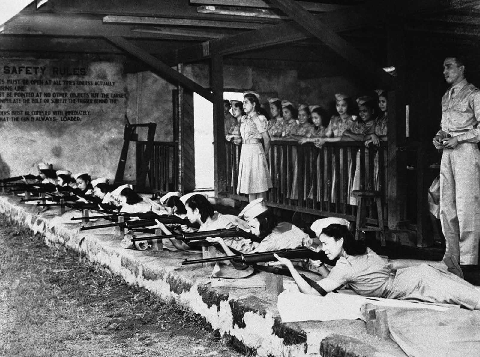 """8 ноември 1941 г., Манила: """"Жените горили"""" тренират усилено стрелба, в случай, че мъжете им имат нужда от спокамагателни полкове."""
