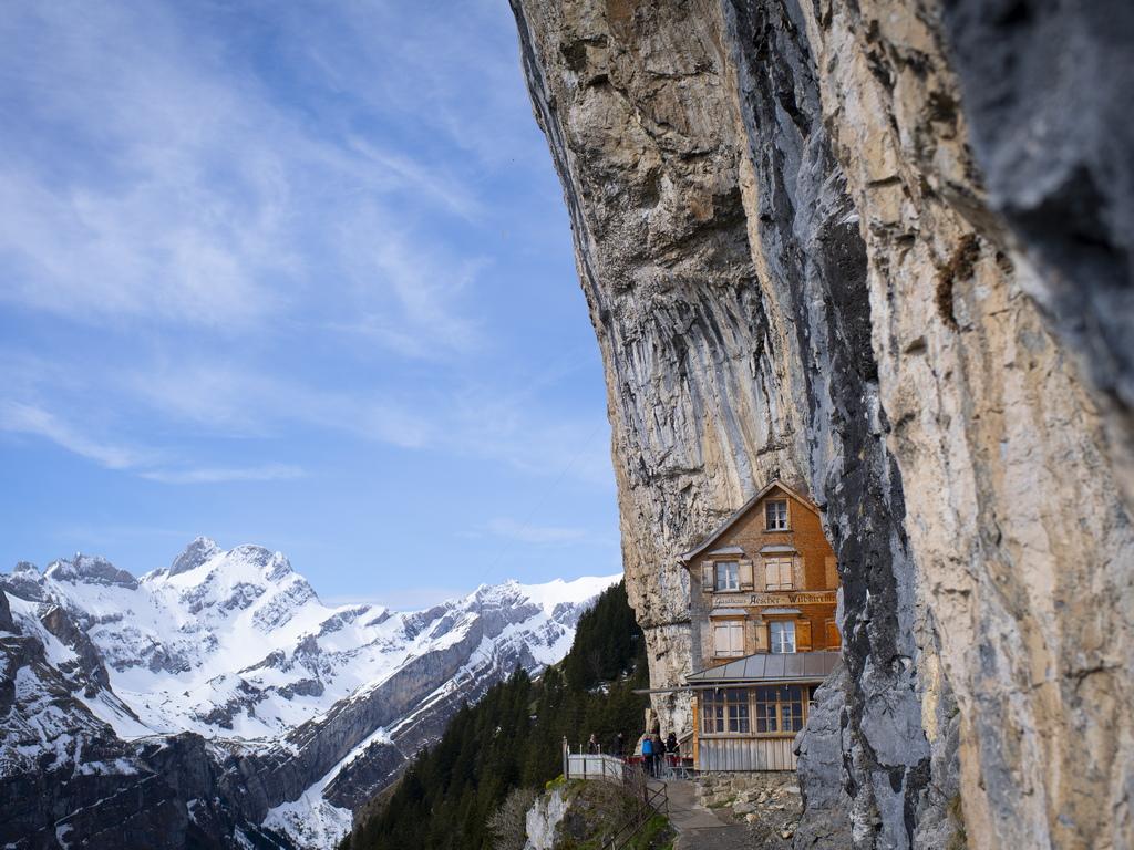 Високо в швейцарските Алпи е един от най-известните и трудно достъпни ресторанти в света – Berggasthaus Aescher Cliff.