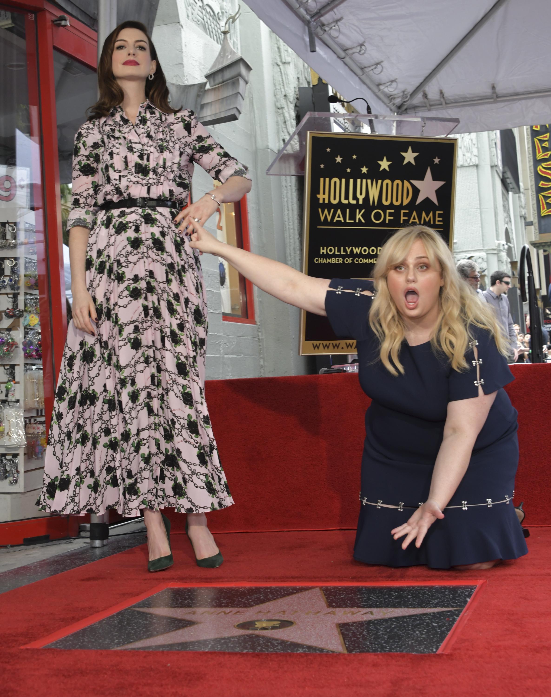 """Американската актриса Ан Хатауей получи своя звезда на прочутата Алея на славата на булевард """"Холивуд"""" в Лос Анджелис в навечерието на премиерата в САЩ (и България) на новия й филм """"Мошенички от класа"""" (The Hustle)."""