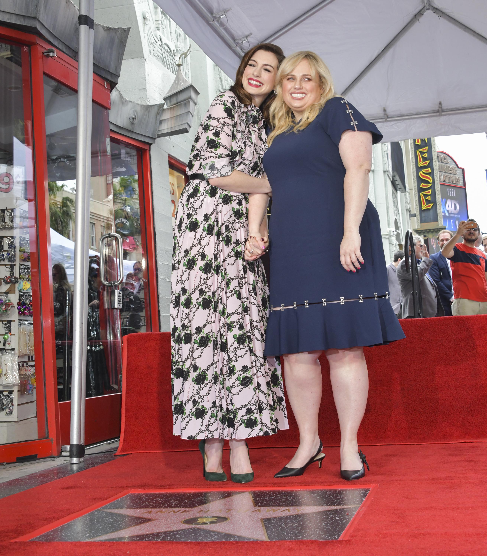"""На церемонията актрисата беше придружена от родителите и съпруга си - актьора Адам Шулман, както и от партньорката си в """"Мошенички от класа"""" - австралийската актриса Ребъл Уилсън."""