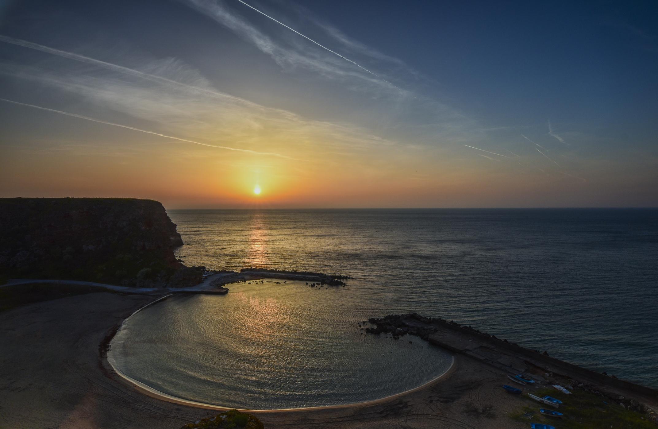 """""""Разположен на час и половина от летище Варна и на около час и двадесет минути от друг красив плаж - Mamaia beach в Румъния. Плажът Болата е един от най-добрите плажове в България и един от любимите за посещение в Европа""""."""