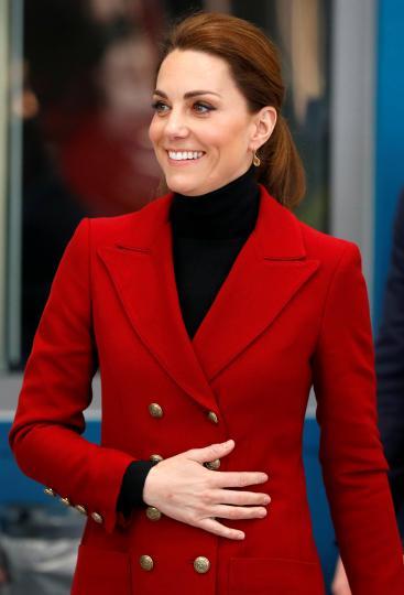 <p><strong>Кейт Мидълтън</strong></p>  <p>Кожата на херцогинята на Кеймбридж изглежда по-млада благодарение на процедури за лице с пчелна отрова. Една процедура струва $325.</p>