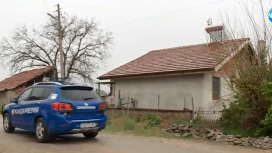 <p>Спецполицаи с автомати, снайперисти, издирването в Костенец не спира</p>