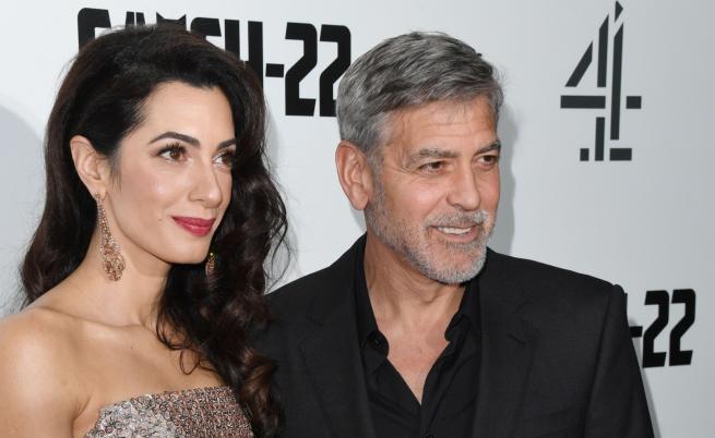 Джордж Клуни на червения килим с тъща си