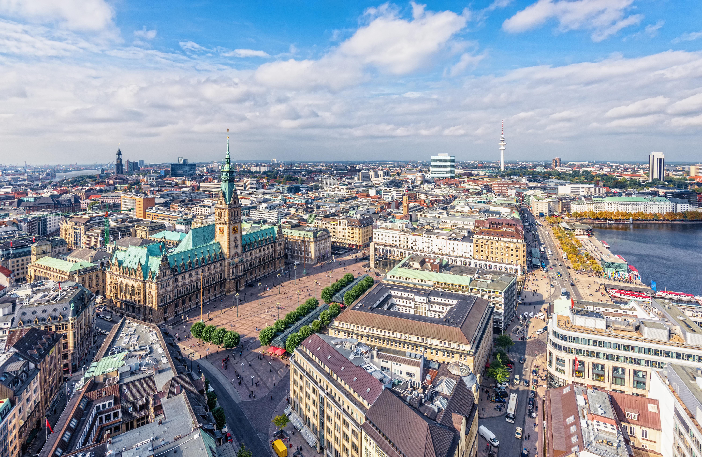 Хамбург<br /> От 13 до 15 век Ханзата контролира цялата търговия между Североизтока и Северозапада в Европа. Хамбург членува в съюза още от 1321 година. По това време пристанището вече е съществувало. Днес то е любимо място на туристите. Около 1 милион посетители участват всяка година в началото на май в тържествата по случай рождения ден на хамбургското пристанище.